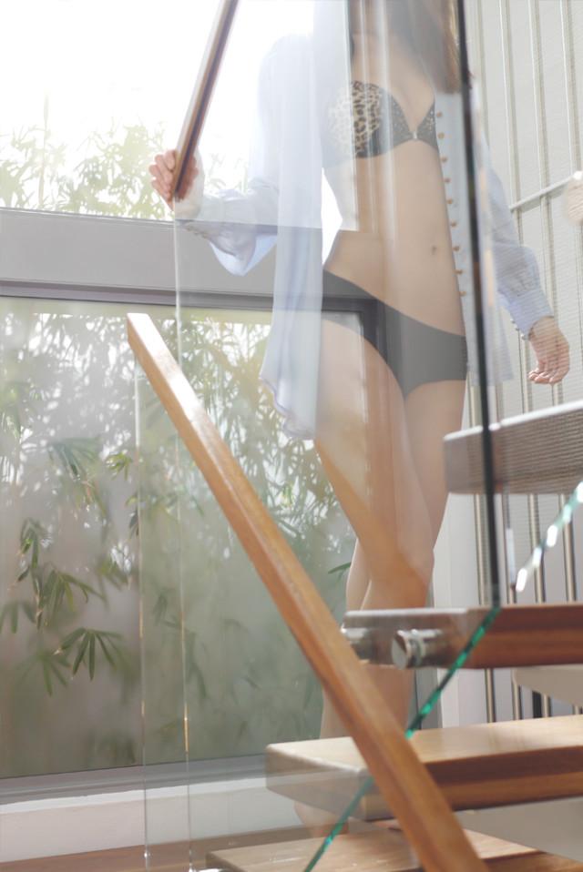 gloria_shirt_stairs_00