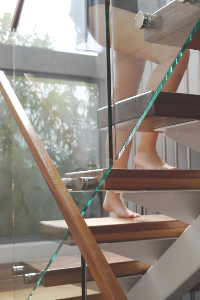 gloria_shirt_stairs_01